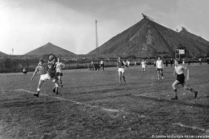 Match de football aux pieds des terrils